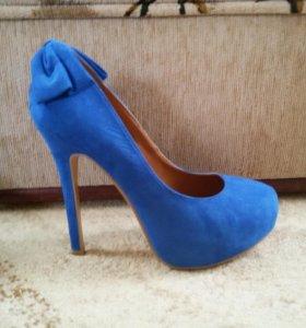 Замшевые синие туфли.