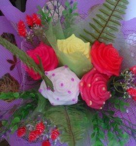 Цветочный букет и цветочная корзина из мыла