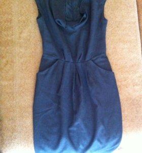 Платье с большими карманами и вырезом декольте