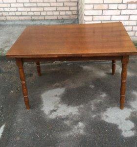 Старинный обеденный небольшой дубовый стол.