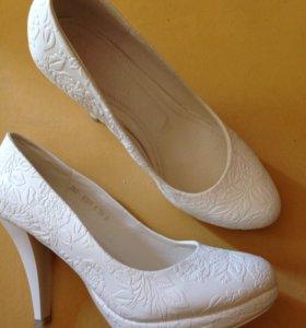 Белые туфли.