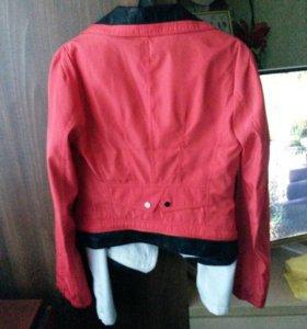 Куртки красная и белая