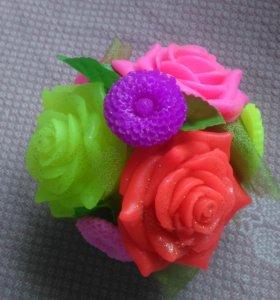 Маленькая корзина с цветами из мыла