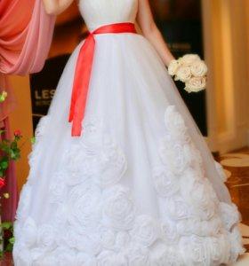 Пышное платье с розами