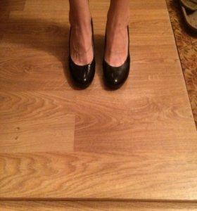 Туфли чёрные лакированные на каблуке туфельки