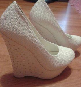 Новые Туфли белые со стразами.