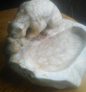 """Скульптура , """"белый медведь и тюлень """"."""