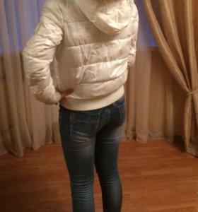 Белая спортивная куртка