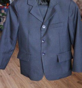 Костюм на мальчика темно синий,тройка,рост 128