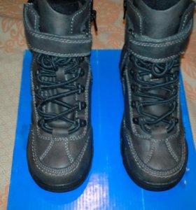 Новые осенние ботинки для мальчка р.33