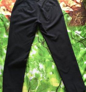 Черные брюки.
