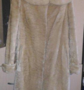 Мутоновая шуба с капюшоном из белой норки.