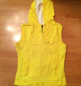 Жёлтая безрукавка с капюшоном