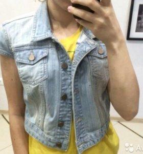 Продам джинсовую жилетку YNG
