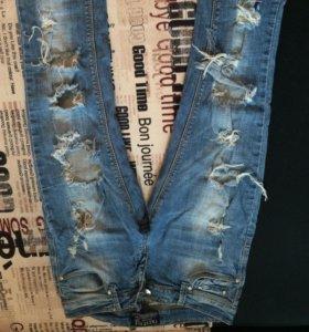 Рванные джинсы+кофточка в подарок