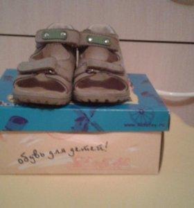 Продам детские сандали фирмы котофей
