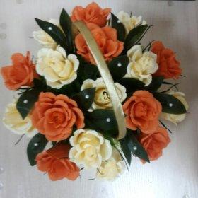 Букет из роз с конфетами в корзинке под заказ