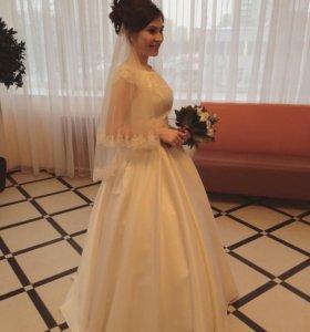 Свадебное платье с фатой и кольцами