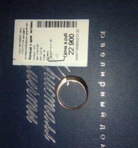 Золотое кольцо с драгоценными вставками