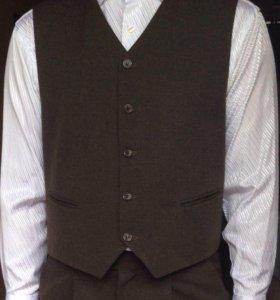 Мужской костюм тройка, рубашка в подарок