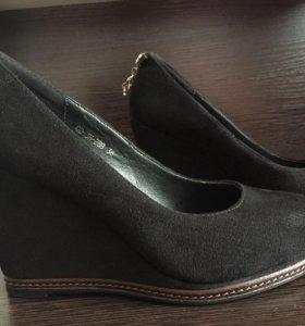 Замшевые туфли на танкетке