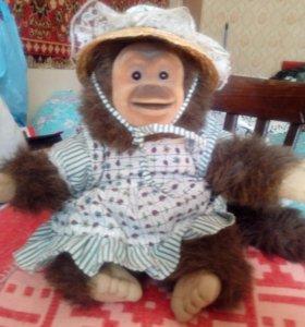 Игрушка обезьянка в шляпке.