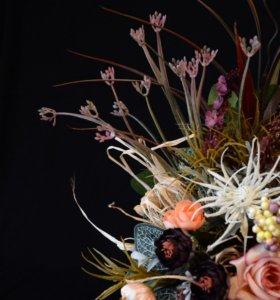 Интерьерная композиция из искусственных цветов.