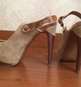 Босоножки на каблуке 39,5 рр