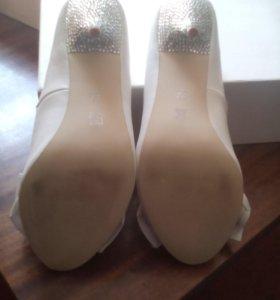 Продаю,туфли,все стразы,нет потертостей.