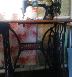 Антиквариатная швейная машинка