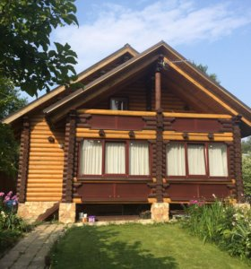 Двухэтажный дом из бревна.
