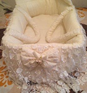 Корзина-переноска на выписку малыша + одежда.