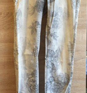 Серые джинсы с цветами