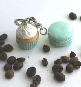 Брелок в виде кекса и макаруна