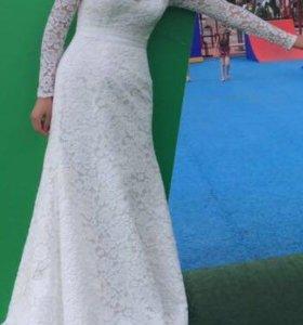Свадебное кружевное платье с небольшим шлейфом