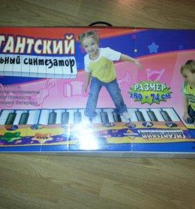 Гигантский напольный синтезатор.
