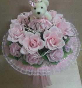 Букет из роз с конфетами и мягкой игрушкой