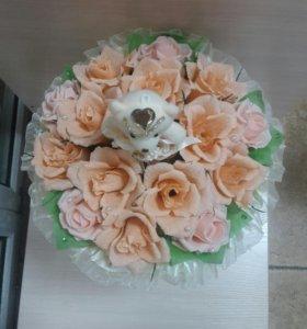 Букет из роз с конфетами и мишкой