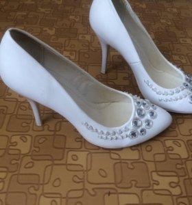 Туфли белые с камнями