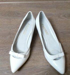Женские новые туфли.