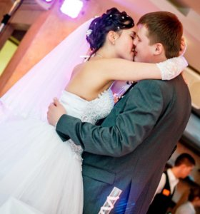 Шикарное свадебное платье с шубкой
