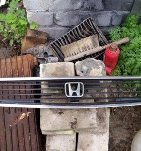 Решетка радиатора хонда аккорд 1998 г.в.