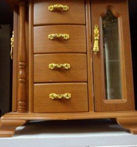 Шкатулка деревянная для украшений.