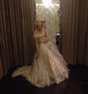 Платье свадебное роскошное из парчи со шлейфом