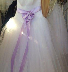 Свадебное платье с сиреневым пояском