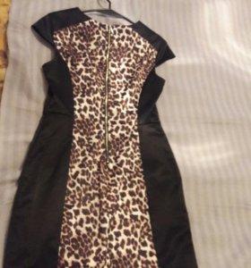 Черное платье с леопардовым принтом.