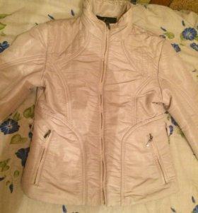 Женская куртка кремового цвета