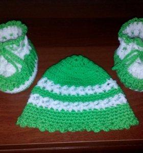 Вязаные шапочка и пинетки