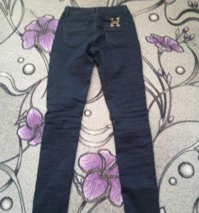 Брюки выглядят как джинсы.Тянутся.