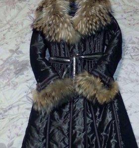 Зимнее пальто с меховым воротником.